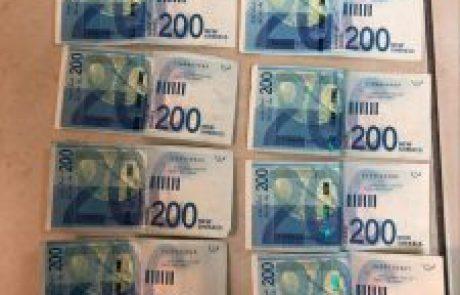 תושב אשדוד שעובד כשומר בסניף בנק באיזור הדרום עזר ללקוחות, והשתמש בקוד שלהם למשיכת כספים