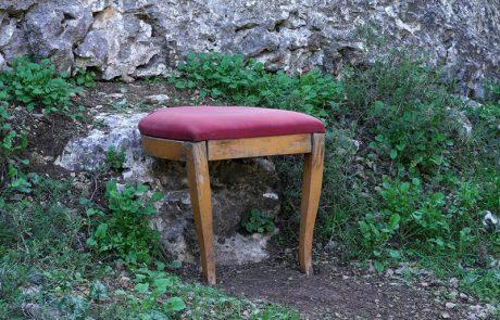 תעלומת הכיסאות ביער – חסידי ברסלב במוזיאון ישראל בירושלים