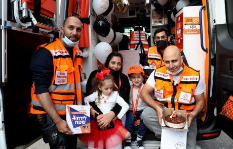צמד תאומים חגגו יום הולדת באמבולנס איחוד הצלה בו הם נולדו באשדוד
