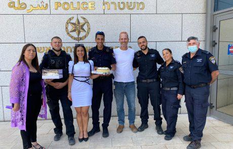 מחזקים את כוחות הבטחון: עובדי המרכז הרפואי אסותא אשדוד מחלקים עוגות גבינה לאנשי כוחות הבטחון